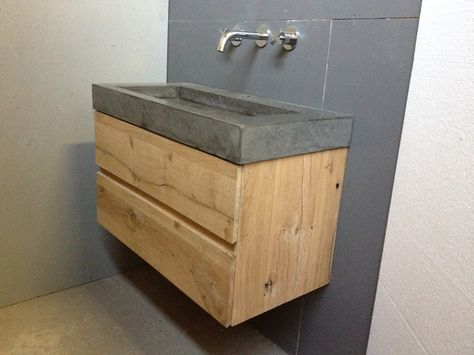 Eikenhouten ladekast met betonnen wastafel.