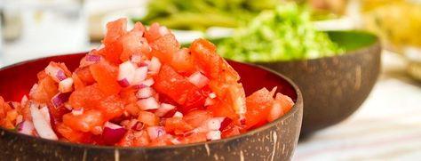 Deze pittige en verrassende salsa is ideaal als bijgerechtje of om over een cracker te verdelen. Wat heb je nodig? 1/8 watermeloen 2 tomaten 1/2 rode ui 1 elzongedroogde tomaten een mespunt cayennepeper 2 eetlepels chilisaus peper en zout Wat moet je doen? Schil, ontpit en snij de watermeloen in zeer kleine blokjes. Besprenkel met [...]