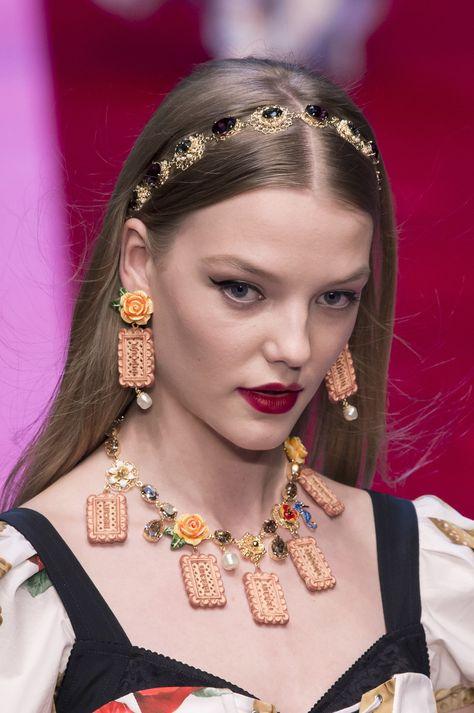 Dolce & Gabbana at Milan Fashion Week Spring 2018 - Details Runway Photos