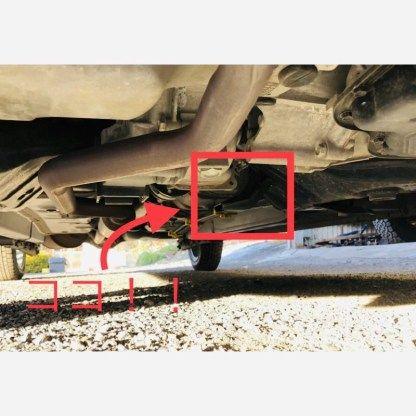 車の ジャッキポイント を確認します フロントは 爪みたいな部分 タント ポイント タント ダイハツ