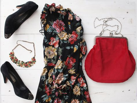 I love vintage and I love this clic-clac red velvet bag!  Perfect with my flower dress. What do you think about this outfit?