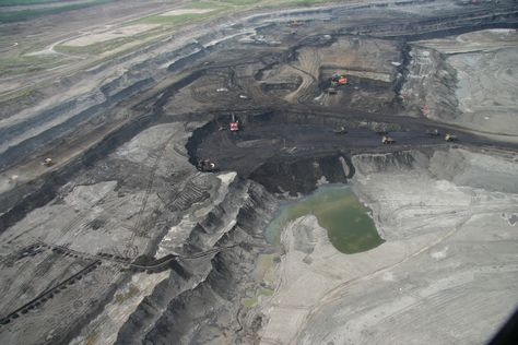 Syncrude oil sands mining operations - 08    Photo: David Dodge, The Pembina Institute