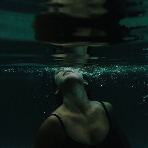"Imagens marcadas como ""Water, Girl and Photography"" - water - fotografie wasser - Stories Photo Ocean, Slytherin Aesthetic, Hogwarts Houses, Harry Potter Houses, Foto Pose, Underwater Photography, Levitation Photography, Exposure Photography, Abstract Photography"