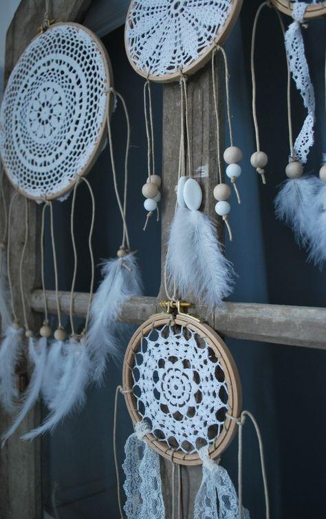 Dream-catcher : napperon crocheté, tambour à broder, rubans, dentelles, perles, plumes et ficelle de lin - regardenuages.canalblog.com