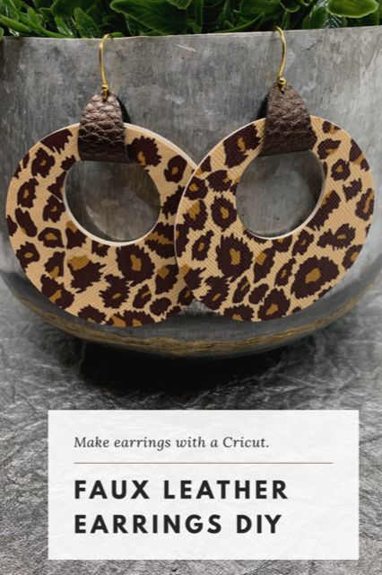 These DIY leather circle cutout earrings can be made with faux leather, genuine leather, and cork. Cut any of these materials easily with a Cricut machine. Diy Leather Earrings, Leather Keychain, Diy Earrings, Leather Jewelry, Fashion Earrings, Earrings Handmade, Diy Leather Gifts, Leather Crafts, Resin Jewelry