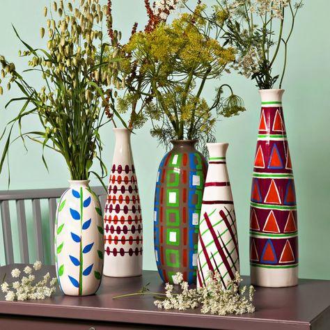 Des vases peints de motifs graphiques