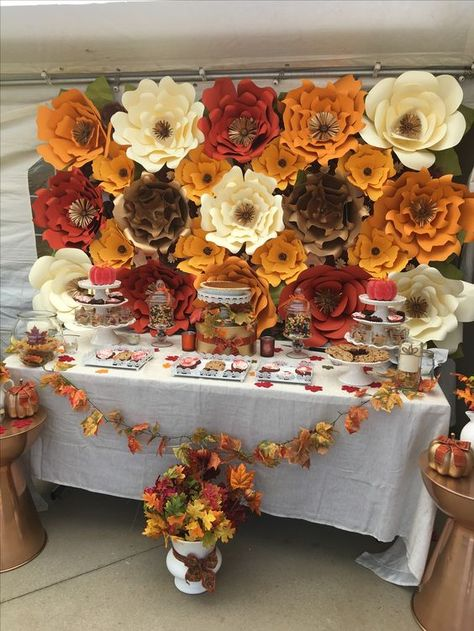 Fall paper flower backdrop & dessert station Styled by Whimsical Events by Abby … Herbst Papier Blumen Hintergrund & Dessert Station Styled by Whimsical Events von Abby & Co. Lieben die Burgunder, Orange, Elfenbein und Pops of Green mit Gold❣️ Baby Shower Fall, Baby Shower Themes, Halloween Season, Fall Halloween, Paper Flower Backdrop, Paper Flowers, Fall Birthday Parties, Baby In Pumpkin, Thanksgiving Decorations