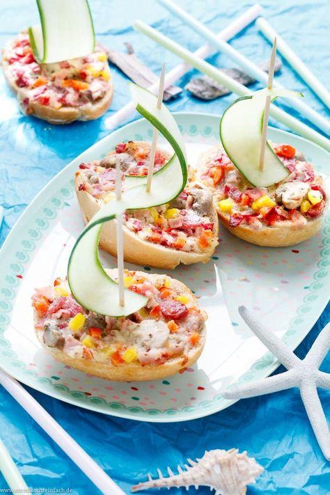 Pizza-Schiffchen - Der schnelle Snack für die Kinder-Party | Meine einfachen Pizza-Schiffchen aus Brötchen mit Belag im Pizza-Style sind kinderleicht und schnell gemacht. Erfahrungsgemäß werden sie nicht nur von den Kleinen sondern auch den Großen ruckzuck verputzt| #pizzaschiffchen #pizza #snack #partyfood #kinderessen #kinderrezepte #kindersnacks #kinderparty #kindergeburtstag #kindergeburtstagsparty #rezept #einfachkochen | emmikochteinfach.de