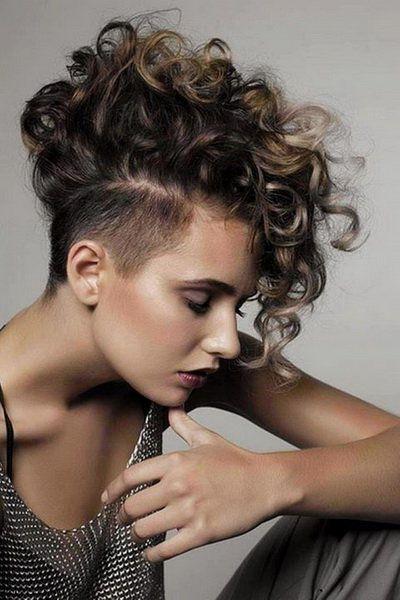 Undercut frauen lange haare locken