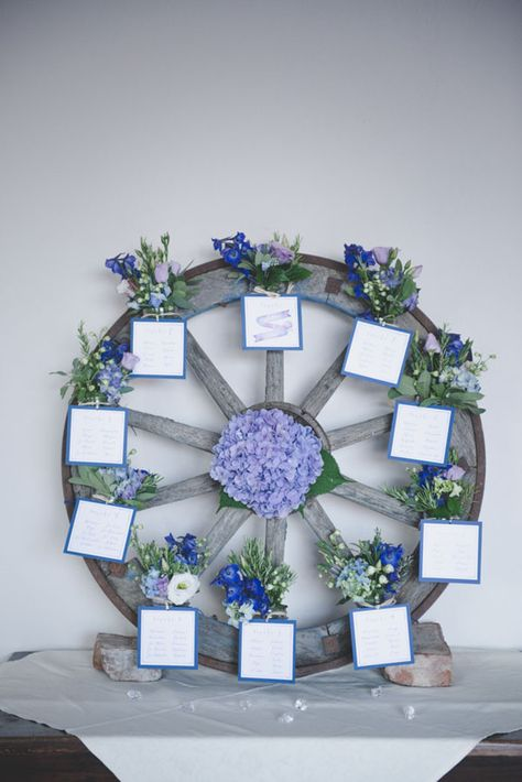 wheel seating plan with purple flowers http://weddingwonderland.it/2015/12/matrimonio-country-azzurro-viola.html