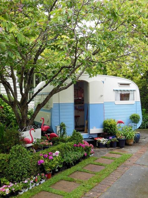 Sweet little backyard tiny trailer - tiny retro caravan in sky blue vintage travel trailer Vw Caravan, Caravan Vintage, Vintage Rv, Vintage Caravans, Tiny Trailers, Vintage Campers Trailers, Retro Campers, Camper Trailers, Happy Campers