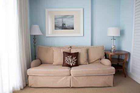как подобрать цвет дивана План «Нейтральный диван в цветном интерьере». Если стены цветные и достаточно яркие, сдержанный нейтральный диван позволит соблюсти баланс. Нейтральные диваны — это белые, черные, серые и различных оттенков беж. Такие диваны впишутся в интерьер любого цвета. Рекомендуем просмотреть наши статьи «Черный диван в интерьере: ставка на элегантность» и «Белые диваны в интерьере».