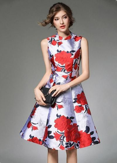 aecd82963a Vestido curto confeccionado em jacquard com estampa floral. Modelo possui  gola alta, sem manga e saia rodada. Peça super elegante para arrasar em  festas.