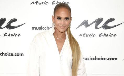 318e2f48ac Las botas-jeans de Versace que Jennifer Lopez hizo viral