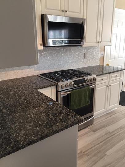 Pin By Yvon Desrochers On Maison In 2020 Kitchen Remodel Small Dark Granite Countertops Kitchen Granite Countertops Kitchen