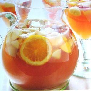 sangria blanche Ingrédients / pour 20 personnes  5 litres de vin blanc sec 400 à 600 g de sucre semoule selon votre goût 4 citrons 4 oranges 6 pêches 4 bâton de cannelle 1 cuillère à café de grain de poivre blanc 3 clous de girofle 10 cl de liqueur à l'orange type Grand-Marnier 1 bouteille de limonade
