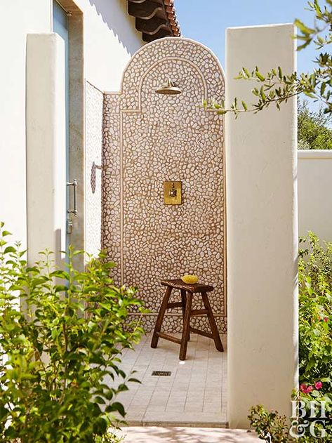 Things We Love: An Outdoor Shower – Design Chic Things We Love: An Outdoor Shower Outdoor l Outdoor living l Spanish Style Homes, Spanish House, Spanish Style Bathrooms, Spanish Patio, Spanish Style Interiors, Spanish Revival Home, Spanish Bungalow, Design Exterior, Interior And Exterior