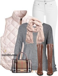 Botas cafes Pantalón blanco Saco gris Chaleco beige Chaleco crema Pashmina Another super outfit for riding boots are snug fitting khakis with your brown riding boots, a beautiful cable knit white sweater and a blush scarf, and a lovely blush colored tote.