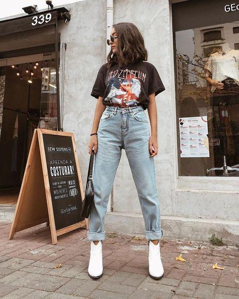 Calça mom jeans, tshirt preta estampada e bota branca. ideen mom jeans Look com mom jeans