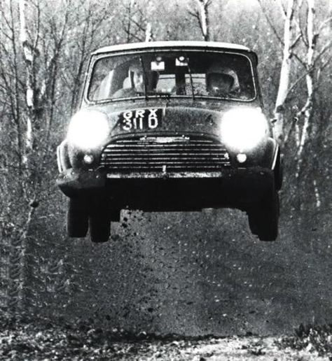 Timo Mäkinen/Mini Cooper S/RAC Rally/1967 - Dommage que la retouche ait été si mal réalisée. Les coups de tampon de duplication sont flagrant.