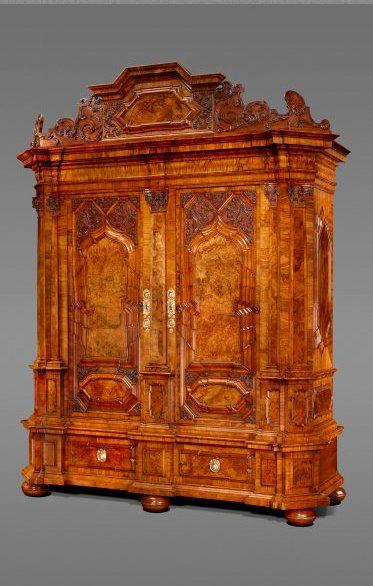 Das kleine Möbel entspricht in seinem Aufbau - Sockelzone mit - barock mobel prachtvoll