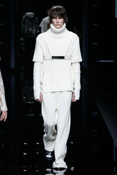 Balmain Fall 2017 Menswear collection, runway looks, beauty, models, and reviews.