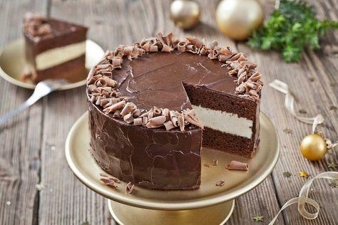 Pastel de chocolate con relleno de crema de chocolate blanco y cobertura de chocolate negro. Todas las partes con tulipán (margarina)