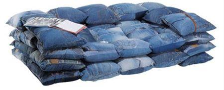 Divano originale e componibile realizzato con jeans riciclati