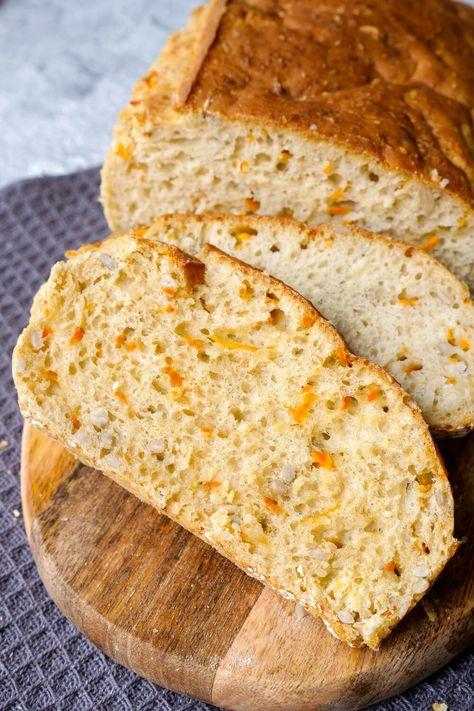 Schnelles Dinkelbrot Rezept mit Möhren, Sesam und Sonnenblumenkernen - ein schnelles und saftiges Brotrezept für die ganze Familie, das auch Kindern richtig gut schmeckt - gesund, in 10 Minuten zubereitet und das perfekte Brot auch für Kinder.  Gaumenfreundin Foodblog #brotbacken #brot #dinkelbrot #möhrenbrot #schnellerezepte #gesundbacken #brote #möhren #karotten