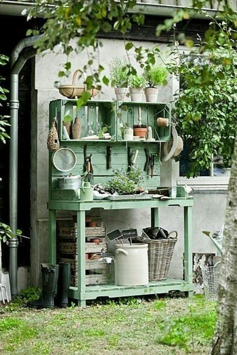 Shed DIY - O charme dos caixotes de feira no jardim Now You Can Build ANY Shed In A Weekend Even If You've Zero Woodworking Experience! Pallet Potting Bench, Pallet Garden Benches, Potting Tables, Pallett Garden, Greenhouse Benches, Pallet Gardening, Outdoor Benches, Outdoor Pallet, Greenhouse Plans