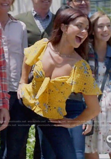 Sarah Hyland S Yellow Floral Tie Bust Top On Modern Family In 2020 Family Outfits Modern Family Sarah Hyland Modern Family