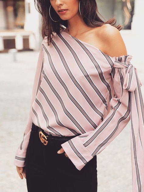 Blusa con manga anudada con cuello vuelto y rayas