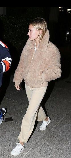 Tomar represalias Caso terminar  Hailey Baldwin wearing Adidas Originals Continental 80s sneakers with an  H&M jacket | Fashion, Hailey baldwin, Women jogger pants