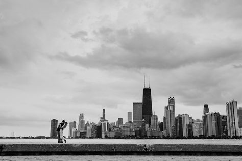 Iconic Chicago engagement photo of couple kissing with skyline at lakefront