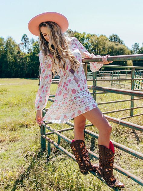 Cute Cowgirl Outfits, Western Outfits Women, Dresses With Cowboy Boots, Country Style Outfits, Cowgirl Dresses, Country Dresses, Country Girl Fashion, Western Formal Dresses, Western Dress With Boots
