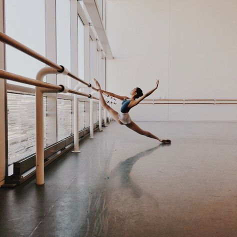 Find images and videos about dance, ballet and ballerina on We Heart It - the app to get lost in what you love. Dance Photography Poses, Dance Poses, Dance Photo Shoot, Videos Instagram, Misty Copeland, Ballet Beautiful, Dancing In The Rain, Dance Pictures, Ballet Dancers