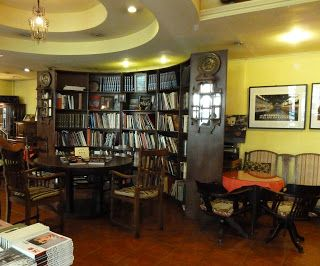 Old China Hand Reading Room (nur 1 km vom unserem Apartment entfernt). Einmalige Mischung aus Bibliothek, Heimatmuseum und Café. Bildbände des Besitzers und Fotografen Deke Erh regen zu weiteren Entdeckungstouren an. Shaoxing Lu 27