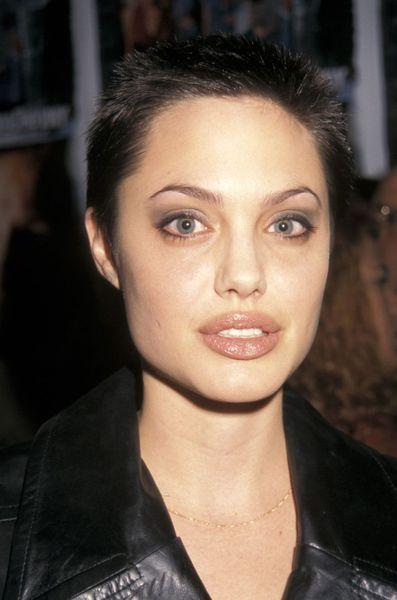 Angelina Jolie Ses Photos Quand Elle Etait Jeune Coupes A La Mode Angelina Jolie Coiffures De Star