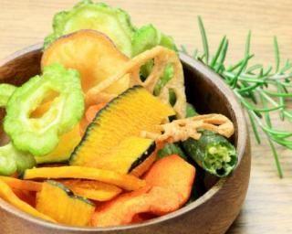 Chips de légumes light au micro-ondes : http://www.fourchette-et-bikini.fr/recettes/recettes-minceur/chips-de-legumes-light-au-micro-ondes.html