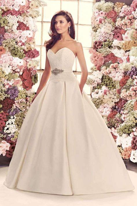 Robe de mariée haute couture coupe princesse, bustier cœur en dentelle dans un cadre bucolique et romantique
