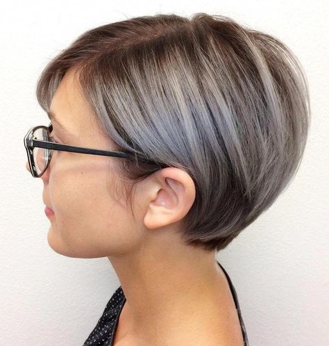 Neat Gray Balayage Pixie for Fine Hair Style your sleek fine locks into a short and sassy pixie bob and tuck the side sections neatly behind the ears for a professional, trim appearance… Blonde Pixie, Brown Pixie Hair, Short Blonde, Grey Balayage, Asymmetrical Bob Haircuts, Asymmetrical Pixie, Longer Pixie Haircut, Haircut Long, Bob Hairstyles For Fine Hair
