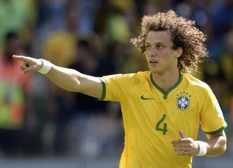 サッカーW杯ブラジル大会(2014 World Cup)決勝トーナメント1回戦、ブラジル対チリ。先制点を挙げて喜ぶブラジルのダビド・ルイス(David Luiz、2014年6月28日撮影)。(c)AFP=時事/AFPBB News