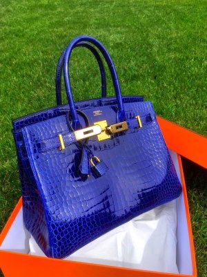 Hermes is a brand known for its quality leathers but another factor that makes Hermes stand out is the brand's impeccable attention to vibrant, rich colors. Luxury Purses, Luxury Bags, Luxury Handbags, Purses And Handbags, Hermes Birkin, Hermes Bags, Sac Hermes Kelly, Work Bags, Best Bags