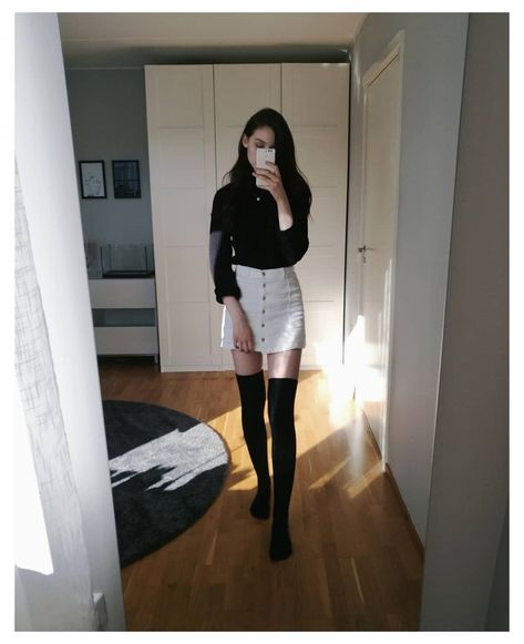 Thigh High Socks Outfit, Knee Socks Outfits, Knee High Socks Outfit, White Knee High Socks, White Skirt Outfits, Winter Skirt Outfit, White Skirts, Winter Outfits, Casual Outfits