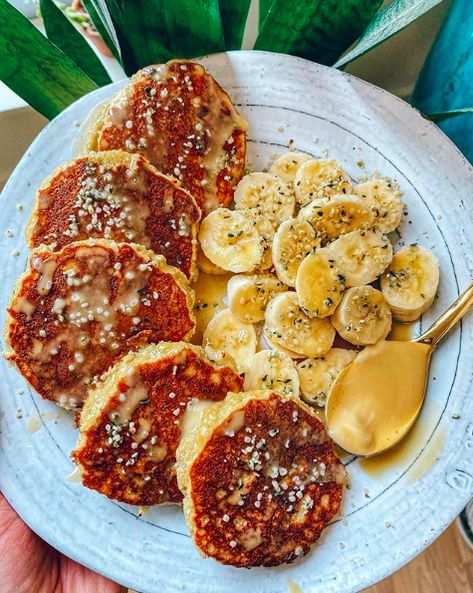 made my PALEO 5-ingredient COCONUT BANANA PANCAKES for the kids this morning������������ love this recipe—minimum ingredients and so easy to prepare������ #easysmoothierecipes #strawberrybananasmoothie