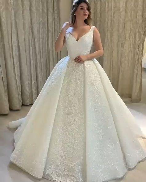 Das Luxus Brautkleider Prinzessin ist aus Spitze und mit empire Taille was wird Ihrer Figur sehr gut betont. Träger Herz Ausschnitt mit Spitze seht es sehr schön. Rücken des Kleides wird im Schnürung zum Schließen.