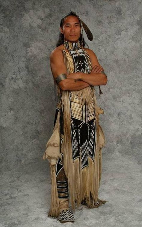 Traditional Native American Indian Outfit - Can you imagine the skill, time and energy put into making these clothes? Native American Images, Native American Clothing, Native American Regalia, Native American Beauty, American Indian Art, Native American History, American Pride, American Indians, American Apparel