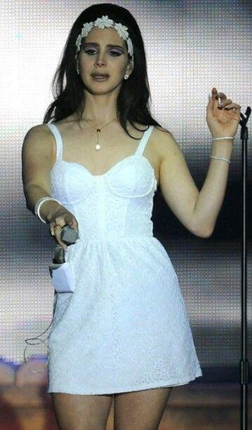 Lana Del Rey upskirt shows pants in concert