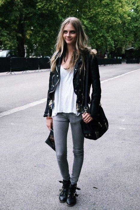 Den Look kaufen: https://lookastic.de/damenmode/wie-kombinieren/jacke-t-shirt-mit-rundhalsausschnitt-enge-jeans-stiefel-umhaengetasche/1862 — Schwarze Lederjacke — Weißes T-Shirt mit Rundhalsausschnitt — Graue Enge Jeans — Schwarze Lederstiefel — Schwarze Wildleder Umhängetasche