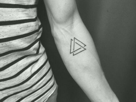 Tattoo bedeutung dreieck doppeltes Louis Tomlinson's